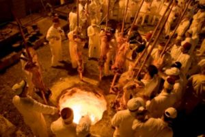 **FILE** Members of the ancient Samaritan community gather around a fire-pit aftter placing sheep on stakes into the fire during the traditional Passover sacrifice in Mount Gerizim, nearf the West Bank town of Nablus, late Saturday, April 19, 2008. According to tradition, the Samaritans are descendants of Jews who were not deported when the Assyrians conquered Israel in the 8th century B.C. Of the small community of close to 700 people, half live in a village at Mount Gerizim, and the rest in the city of Holon near Tel Aviv. Photo by Maja Hitij/Flash90 *** Local Caption *** щеошерйн щеошеп тщп илс дш вшйжйн ащ фсз
